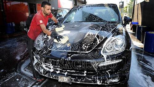 Rửa xe ô tô bằng gì?