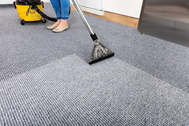 Sử dụng máy giặt thảm chuyên dụng để hút bụi thảm bằng tay triệt để