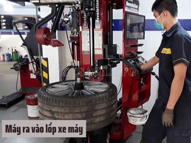 Dùng máy ra vào lốp để quá trình sửa vá dễ dàng hơn