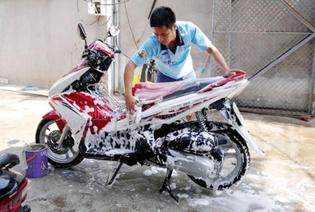 Cách rửa xe máy sạch và nhanh nhất 3