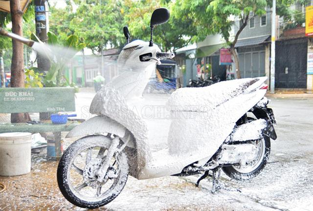 Cách rửa xe máy sạch và nhanh nhất 4