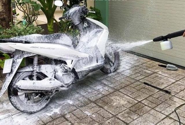 Cách rửa xe máy sạch và nhanh nhất 2