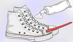 Làm sạch giày với kem đánh răng thông dụng