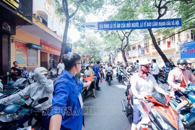 Thanh niên tình nguyện giúp điều hành xe tham gia giao thông tránh ùn tắc