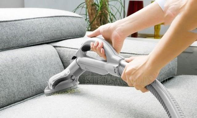 Máy hút bụi truyền thống giúp làm sạch bề mặt sofa, thảm, chăn gối, rèm cửa