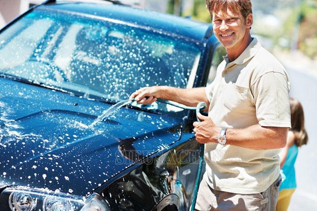 Rửa xe bằng nguồn nước sạch sẽ tăng độ bền cho xe và máy rửa xe
